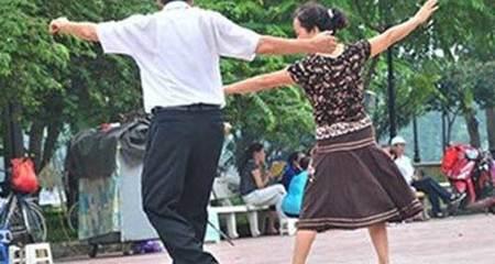 Mẹ chồng đi học nhảy, con dâu lườm 'cháy mặt'