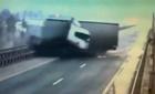 Xe tải mất lái lao từ trên cầu xuống sông