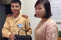 Cô gái cảm kích nhận lại tiền từ CSGT