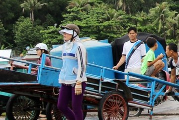 Nữ cử nhân chạy xe ôm ở quần đảo Hải Tặc