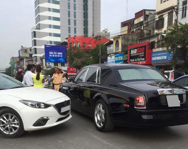 Đâm phải Rolls-Royce Phantom Rồng đền cả tỷ đồng