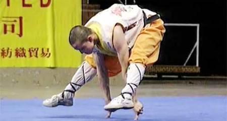 Nhà sư Thiếu Lâm nâng cả người trên một ngón tay