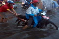 Mưa lớn, người dân Tây Đô đẩy xe về nhà trong nước ngập