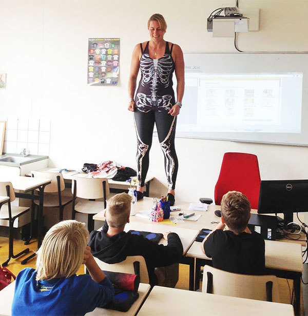 Cô giáo cởi áo dạy học sinh về cơ thể người