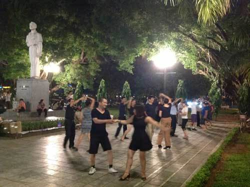 Cụ già U80 hăng say nhảy hip hop giữa thủ đô