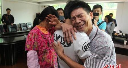 Đoàn tụ với cha mẹ sau 20 năm bị bắt cóc