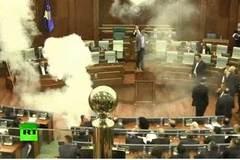 Quốc hội náo loạn vì nghị sĩ xịt hơi cay phá đám