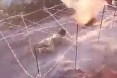 Chiến binh nhí IS tập trườn dưới làn đạn