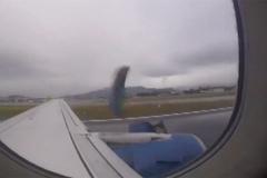 Hành khách thất kinh vì động cơ máy bay bung ra lúc cất cánh