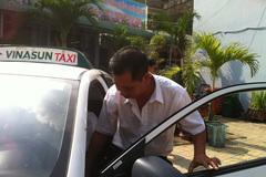 Cầm mảnh chai dính máu lao vào khống chế lái xe taxi