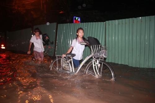 Sài Gòn mưa 30 phút, phố lại ngập như sông