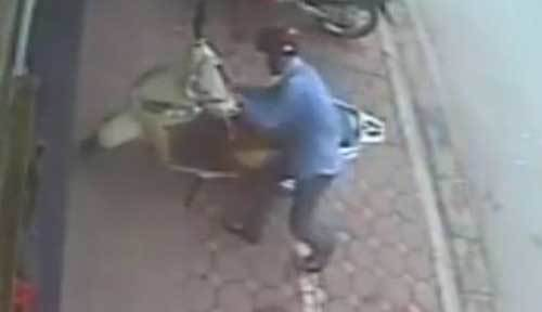 Clip trộm bẻ khóa xe Lead trong chớp mắt ở Hà Nội