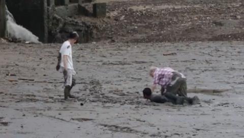 10 clip 'nóng': Nằm xuống bùn cứu nữ du khách sa lầy