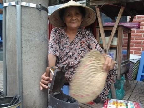 Cụ bà 75 tuổi và nghề ép giấy bằng bàn ủi con gà