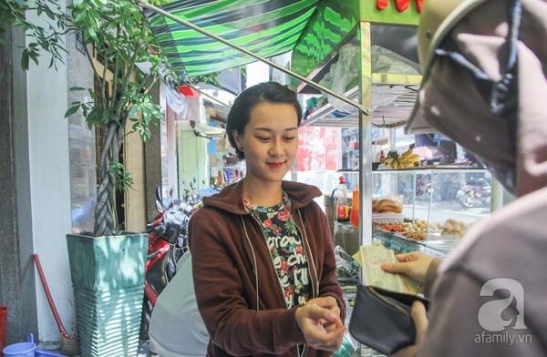 Cô nàng công sở đi bán bánh mỳ vỉa hè: Chẳng ngại ngùng gì