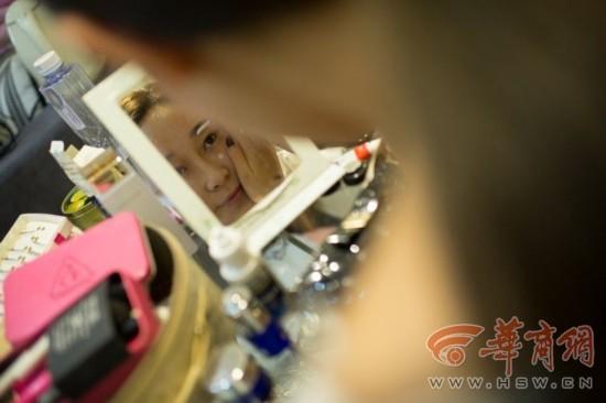 Cận cảnh một ngày làm việc của nữ sinh làm người mẫu ô tô