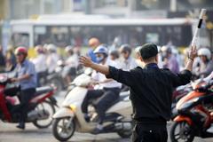 Cảnh sát cơ động cầm gậy ra tay dẹp tắc đường