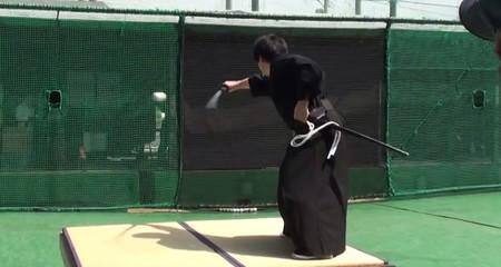 Võ sĩ samurai chém đôi bóng chày đang bay