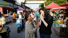 Nữ cựu thủ tướng Thái la cà quà vặt