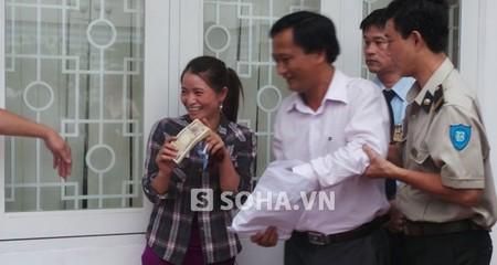 Ngân hàng Nhật đổi 1 triệu Yên tiền rách cho chị ve chai