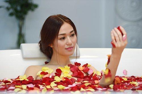 'Bỏng mắt' với cảnh tắm của Angela Phương Trinh, Elly Trần
