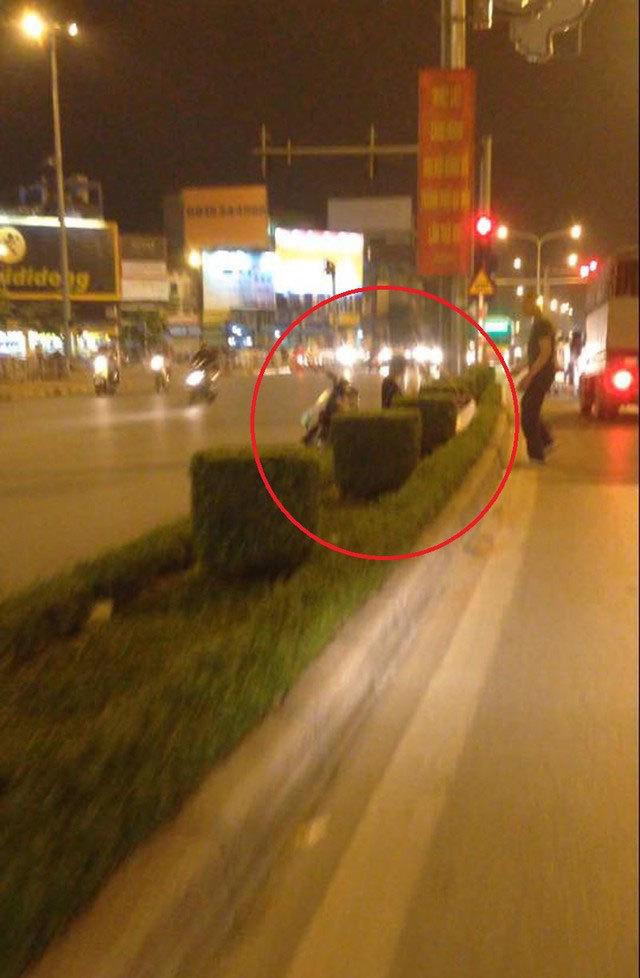 Hàng trà đá 'dị' bán giữa đường tại Hà Nội