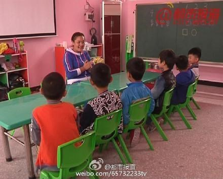 giáo viên, gần 20 bé trai khỏa thân xếp hình, chụp ảnh
