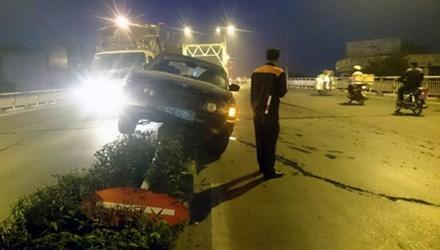 Hà Nội: Xe BMW đâm gục biển báo, nằm lên dải phân cách