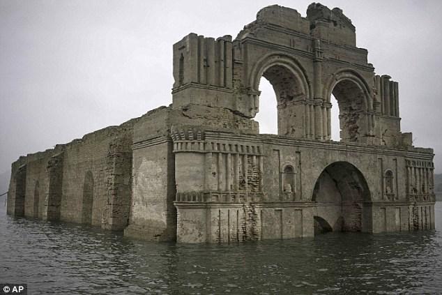 Nhà thờ 400 tuổi đột nhiên trồi lên từ dưới đáy hồ