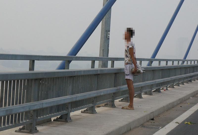 CSGT ngăn nam thanh niên định nhảy cầu tự vẫn