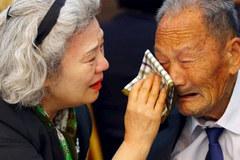 Cảnh đoàn tụ đẫm nước mắt trên bán đảo Triều Tiên