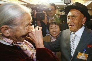 Ứa lệ cảnh cặp vợ chồng già đoàn tụ sau 65 năm