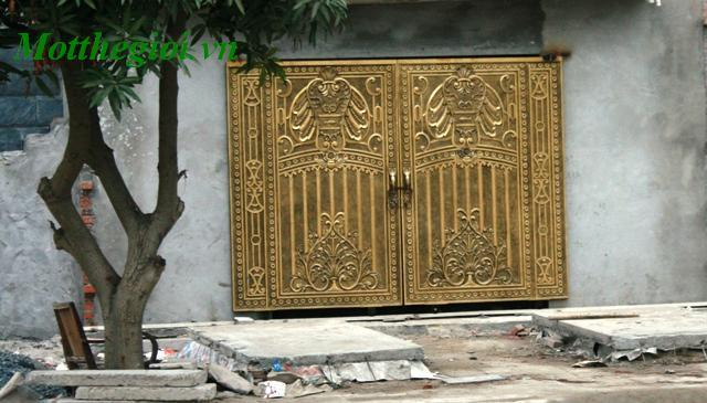 Biệt thự đại gia và hàng cổng sắt bề thế
