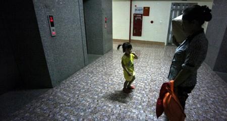 Sững người chuyện 'nhà quê' trong thang máy chung cư