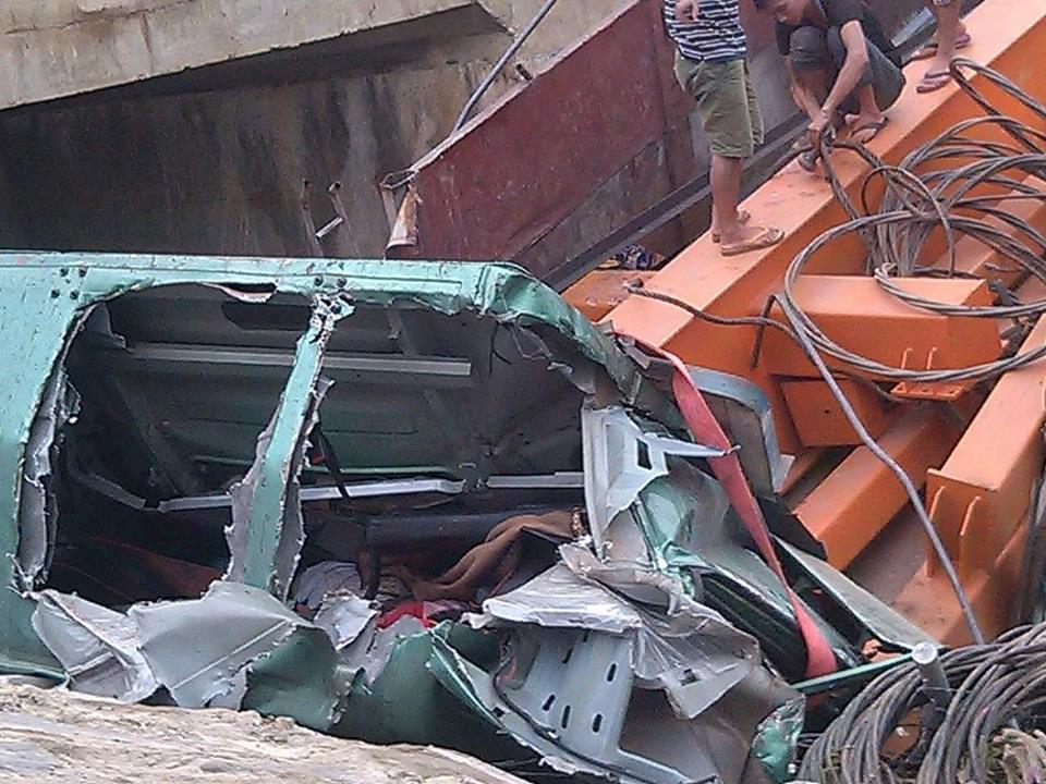 Xe tải lao xuống cống trên cao tốc, phụ xe chết tại chỗ