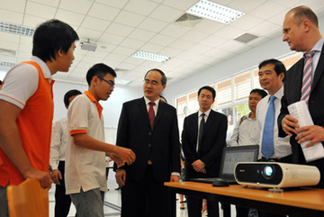 Ông Nguyễn Thiện Nhân nói tiếng Anh trước 1200 sinh viên