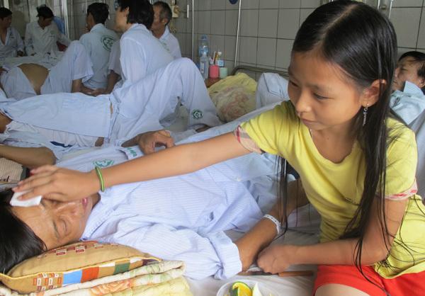 Mẹ tâm thần, bé 9 tuổi nghỉ học chăm bố nằm viện