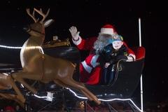Cả thị trấn tổ chức Giáng sinh sớm cho bé 7 tuổi bị ung thư
