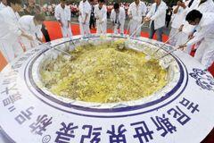 Đĩa cơm rang lớn nhất thế giới bị đổ cho lợn