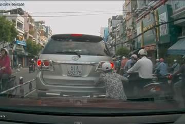 TP Hồ Chí Minh: Kẻ gian vô tư cạy logo xe giữa phố đông người