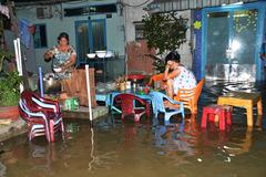 """Người Sài Gòn bất lực nhìn triều cường…""""nuốt"""" nhà"""