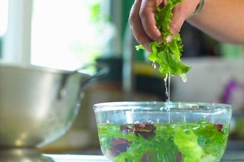 4 cách làm sạch hóa chất độc hại trong rau quả