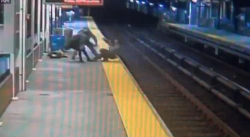 Cặp đôi cướp tài sản hất người đàn ông xuống đường tàu