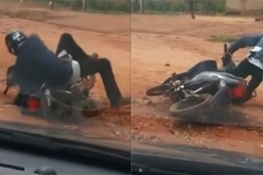 Người đàn ông say làm trò cười với chiếc xe máy