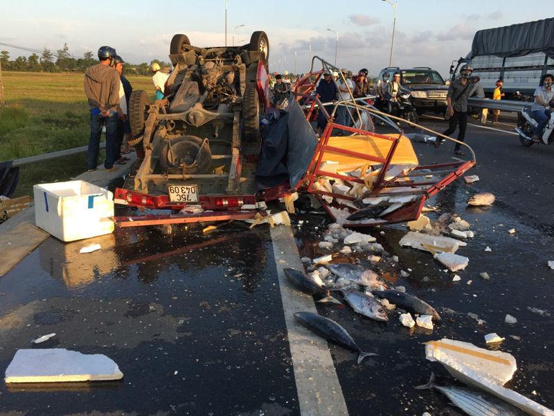 Xe tải lộn nhào trên đường, dân đạp cửa cứu tài xế