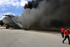 Máy bay bốc cháy dữ dội trên đường băng