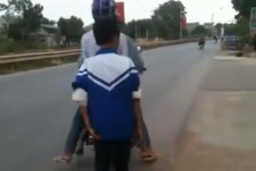 Con bị bố xích vào sau xe máy vì bỏ nhà đi chơi game
