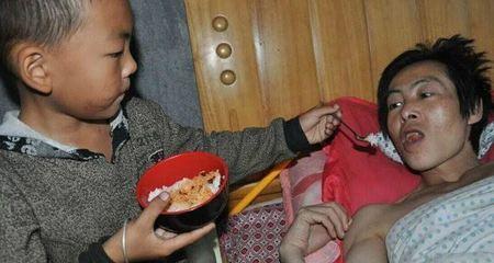 Xúc động bé 7 tuổi một mình chăm cha bại liệt