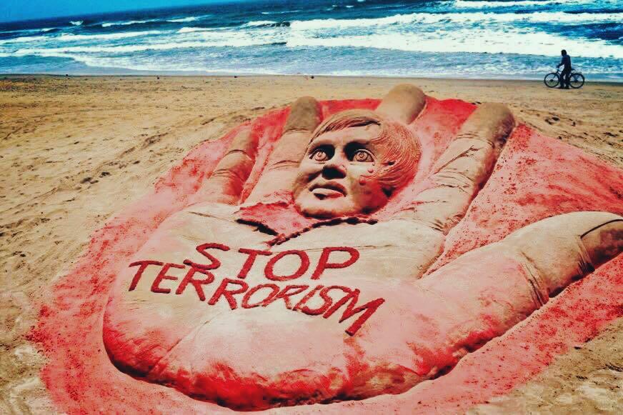 Dân mạng sững sờ trước thông điệp trên cát