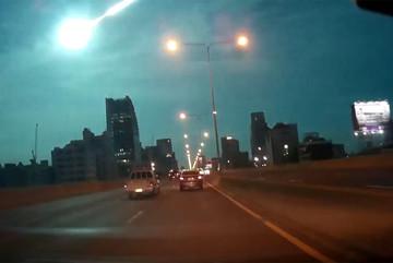 Quả cầu lửa xuyên thủng bầu trời đêm Bangkok
